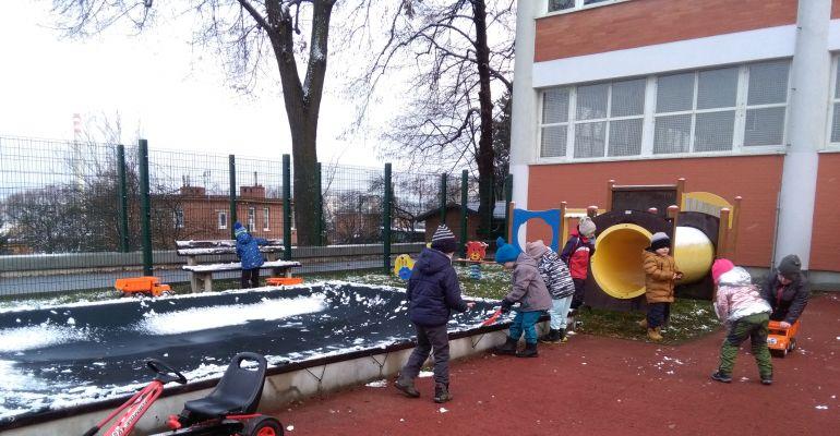 MŠ - třída Sovičky, První hry na sněhu